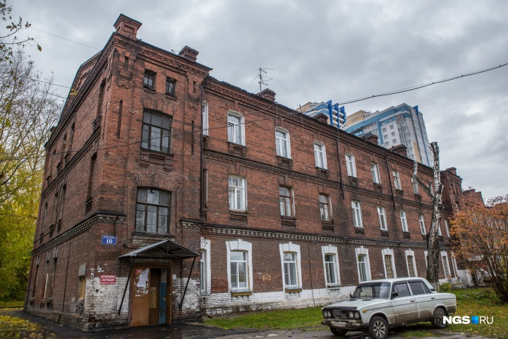 Ещё царские постройки улицы Тополёвой неизменно вызывают восхищение у ценителей архитектуры