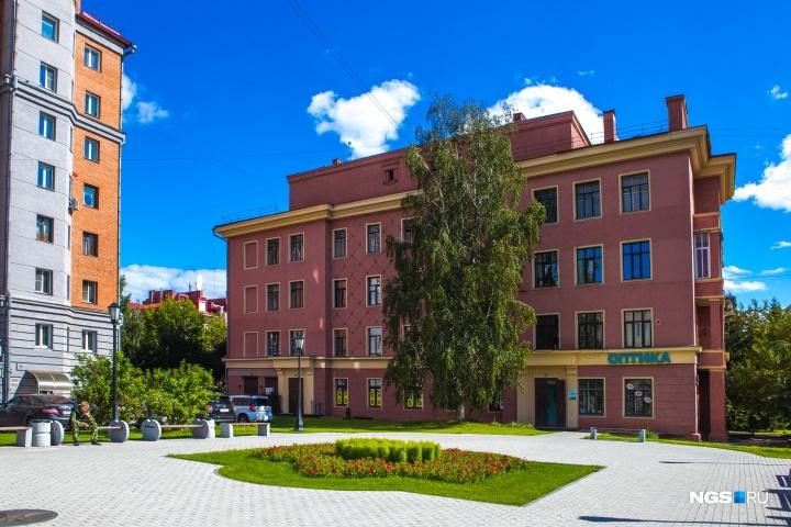 Дом на Красном проспекте, 56 — один из самых красивых домов проспекта, но ещё и важный пример правильной, «человеческой» архитектуры
