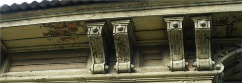 Деревянные классицистические кронштейны иркутских домов