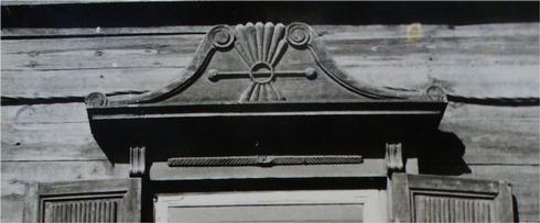 Деревянный классицистический декор, имитирующий формы каменной архитектуры