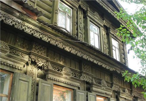 Магико-символический деревянный орнамент покрывает фасады домов